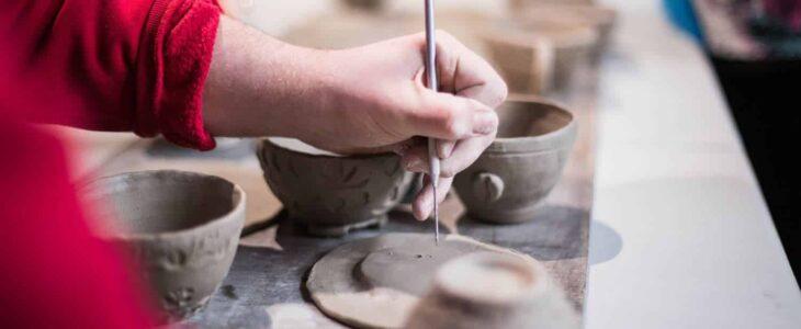 keramikere-arbejder-med-ler